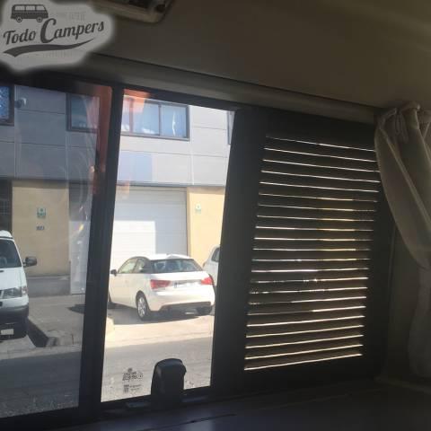 Vista trasera de rejilla de ventilación desde dentro de furgoneta Volkswagen T4