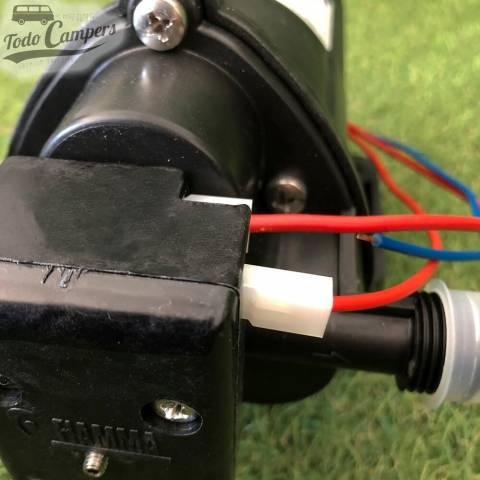 Bomba de agua de la marca Fiamma con un consumo de 12 voltios