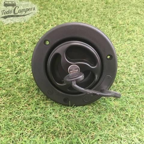 Bocana de agua con tapón (con llave) - Color Negro - Vista Frontal