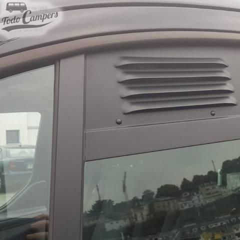 Rejilla de ventilación colocada en Ford Custom