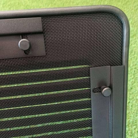 Air Vent con mosquitera fabricada en aluminio negro.