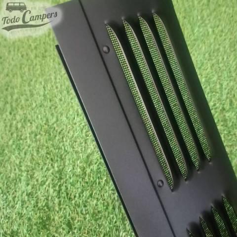 Detalle de la rejilla mosquitera de los airvent de aluminio negro de los Ford Custom