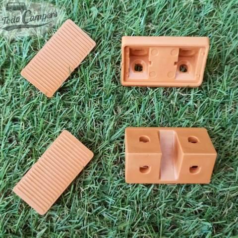 Soporte en forma de escuadra para unir tableros en la fabricación de muebles camper de color caramelo