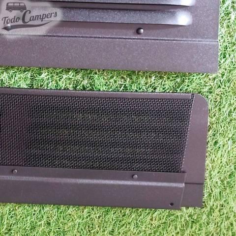 Detalle de la rejilla fabricada en aluminio negro.